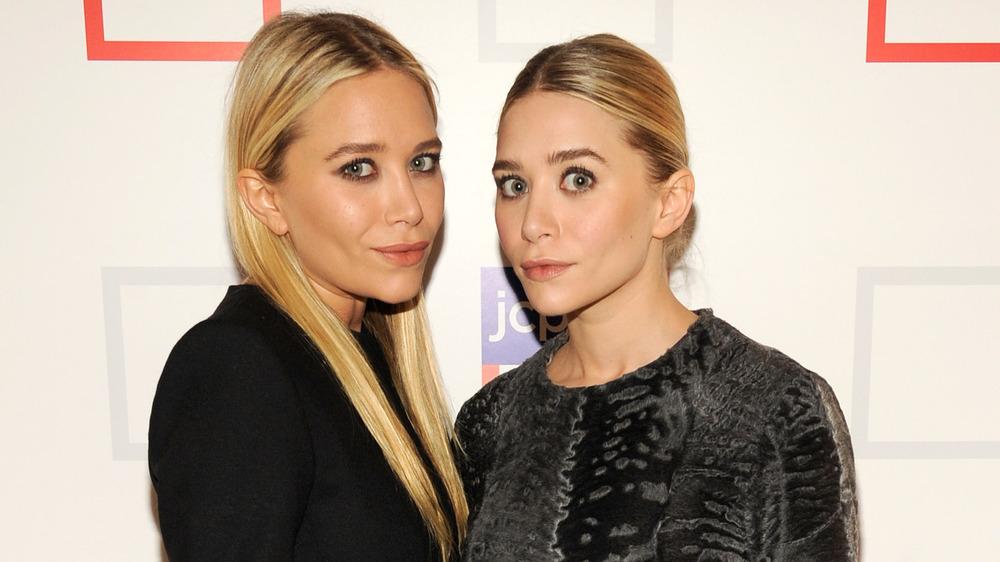 Mary-Kate e Ashley Olsen in posa sul tappeto rosso
