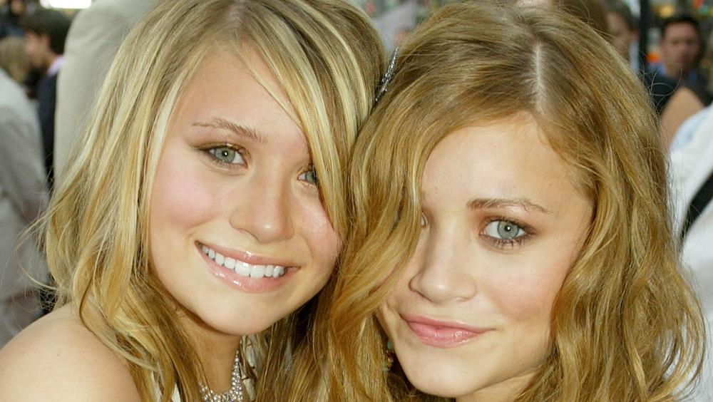 Mary-Kate e Ashley Olsen sorridono a un evento