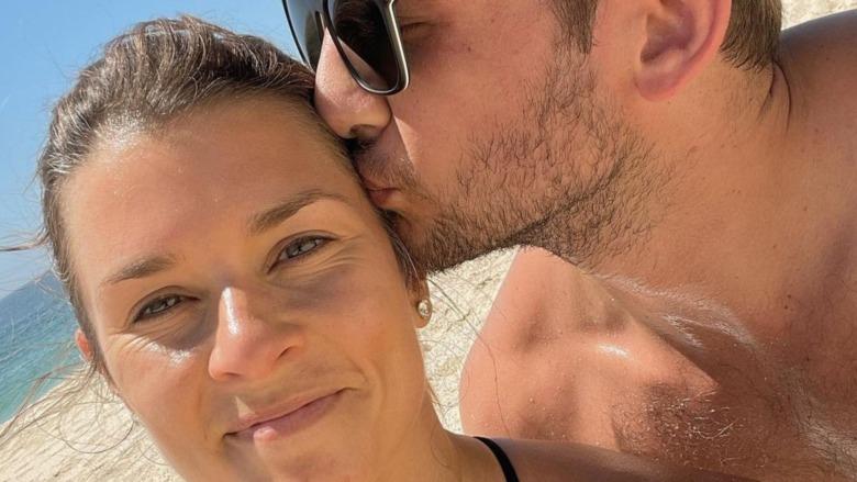 Danica Patrick e Carter Comstock in spiaggia