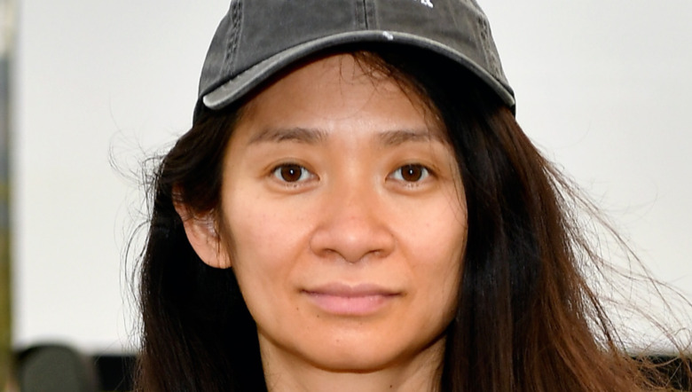 Chloe Zhao sorride