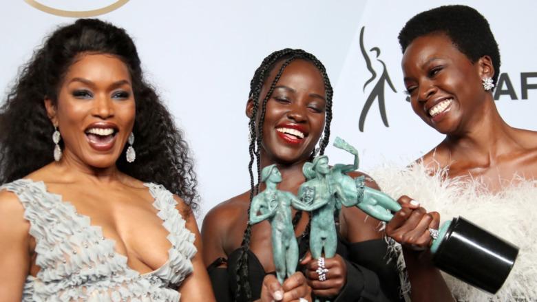 Cast di Black Panther che accetta premi