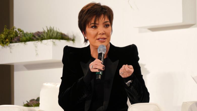Kris Jenner con in mano un microfono