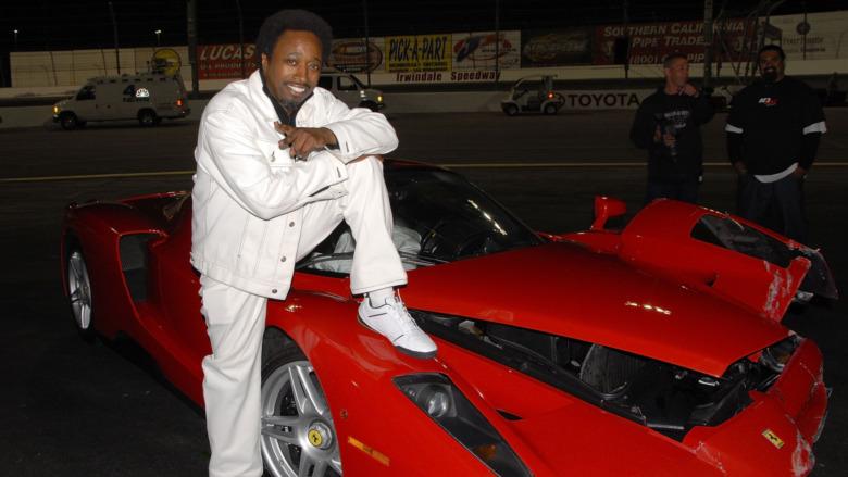 Eddie Griffin posa con una Ferrari Enzo distrutta