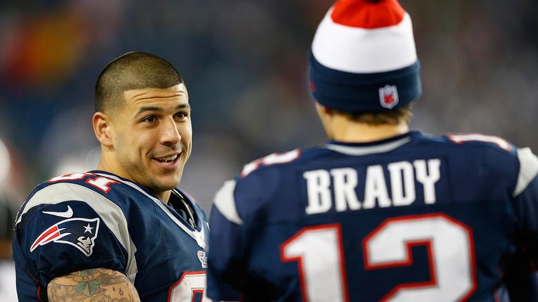 Aaron Hernandez parla con Tom Brady sul campo
