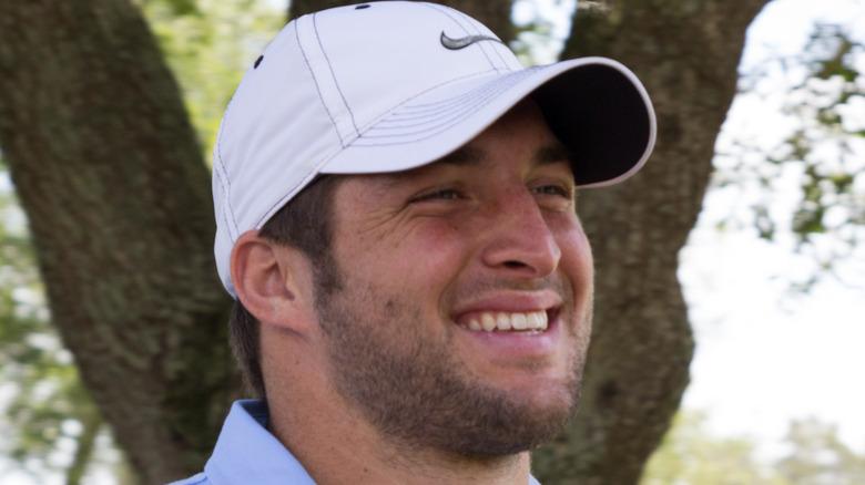 Tim Tebow che gioca a golf