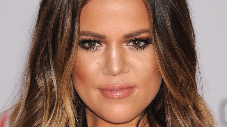 Khloe Kardashian sorride a un evento
