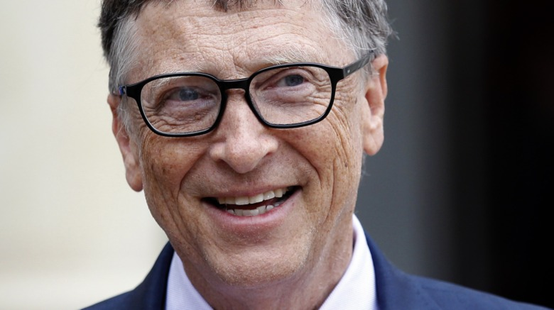 Bill Gates, in posa