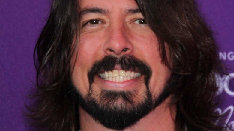 Dave Grohl sorride