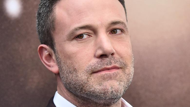 Ben Affleck, che non sorride, distoglie lo sguardo, barba e capelli grigi, tappeto rosso 2020