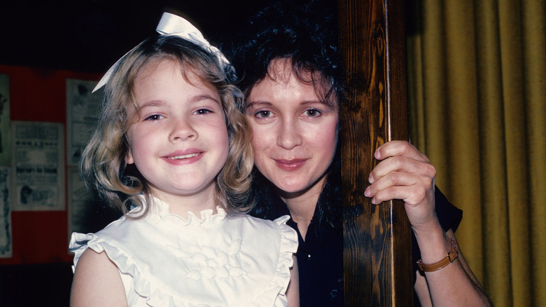 Drew Barrymore con la madre Jaid, 1982