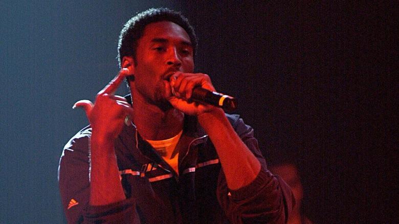Kobe Bryant rappa sul palco