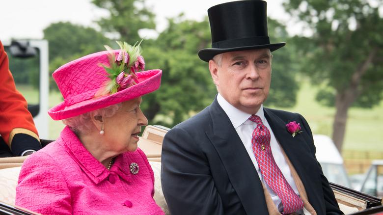 La regina Elisabetta e il principe Andrea parlano