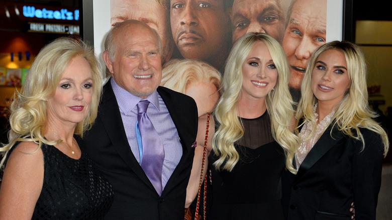 "Terry Bradshaw sorridente, moglie Tammy e le sue figlie Erin e Rachel a ""Father Figures"" 2017"