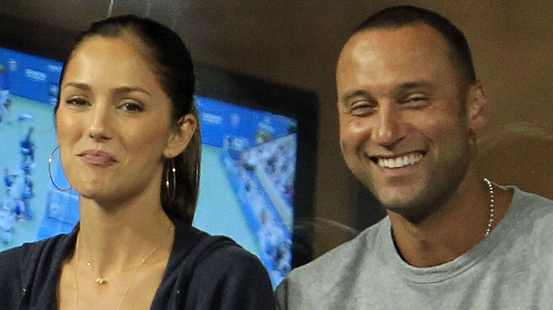 Minka Kelly e Derek Jeter sorridono a una partita