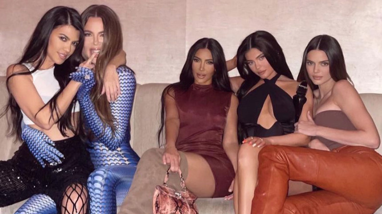 Kourtney, Khloe e Kim Kardashian seduti con Kylie e Kendall Jenner