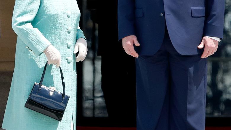 Borsa Queen Elizabeth mano destra