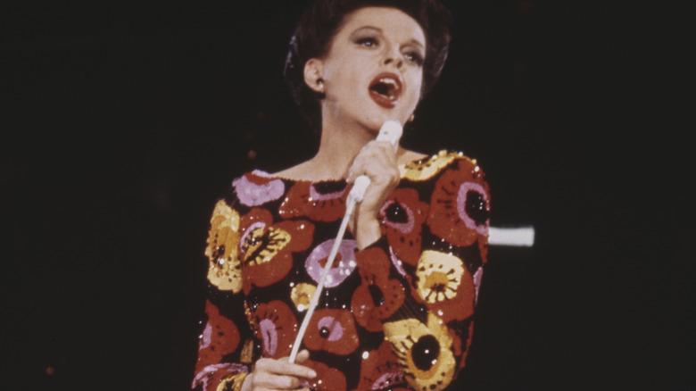 Judy Garland canta sul palco