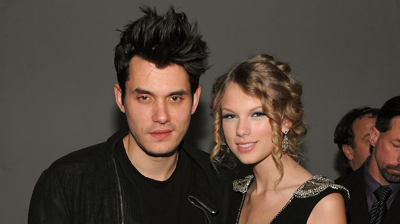 John Mayer e Taylor Swift sorridono