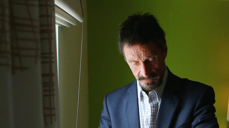 John McAfee in una stanza d'albergo