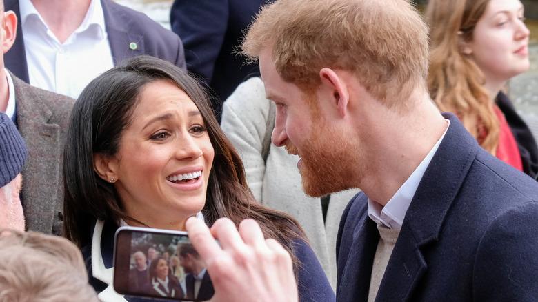 Il principe Harry e Meghan Markle in strada