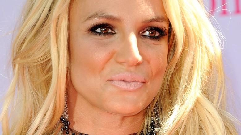 Britney Spears guarda di lato con un rossetto chiaro