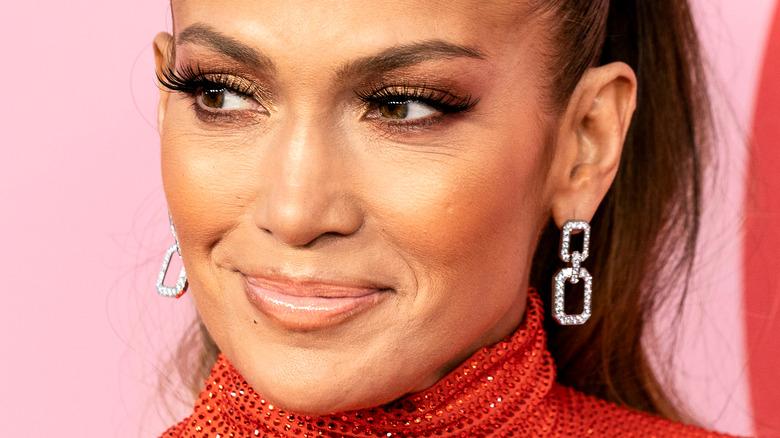 Jennifer Lopez sorride