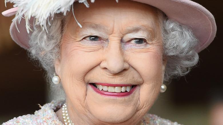 cappello a cilindro rosa piumato della regina elisabetta