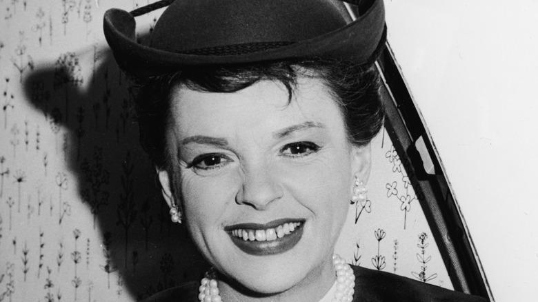 Judy Garland sorride in una foto d'archivio