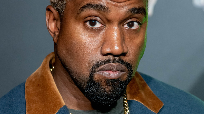 Kanye West che guarda in basso