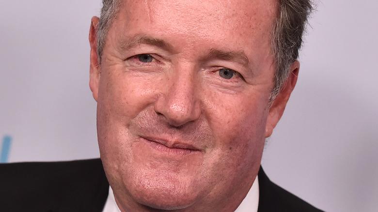 Piers Morgan sorride sul tappeto rosso