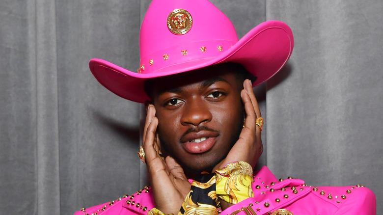 Lil Nas X con un cappello da cowboy rosa