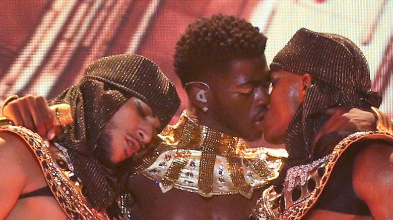 Lil Nas X chiude le labbra con la ballerina sul palco