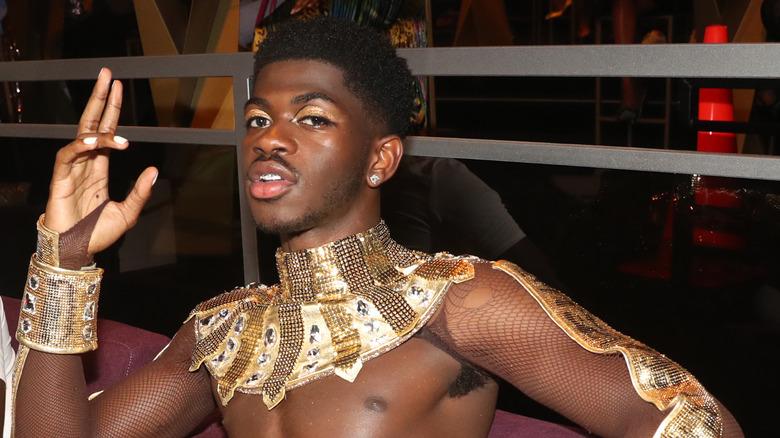 Lil Nas X in posa in un costume da spettacolo
