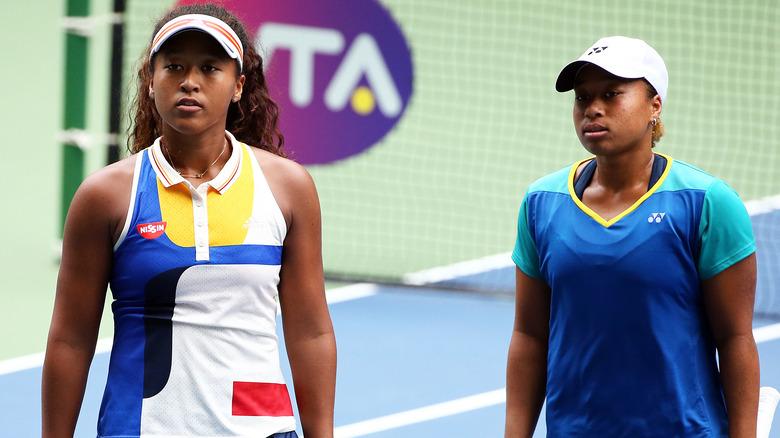 Naomi Osaka e Mari Osaka sul campo da tennis
