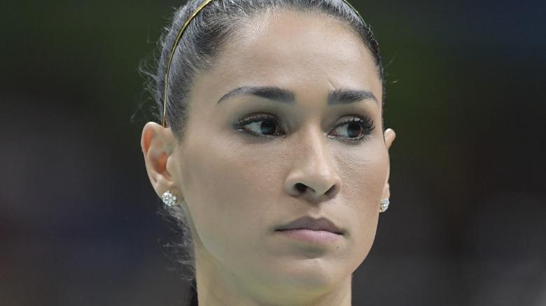 Jaqueline Carvalho che guarda di lato