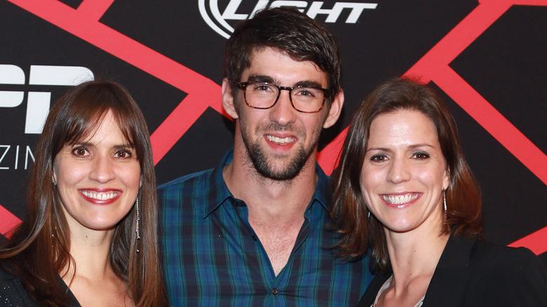 Hilary, Michael e Whitney Phelps in posa