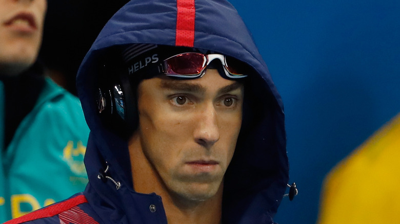 Michael Phelps con il cappuccio alzato