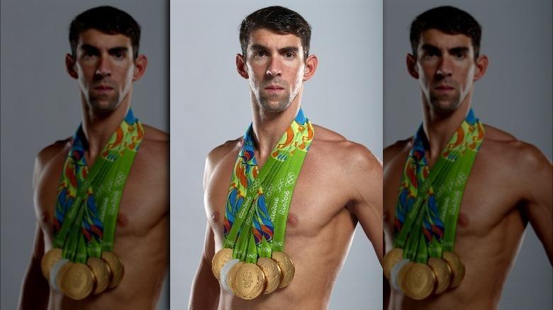 Michael Phelps in posa con medaglie