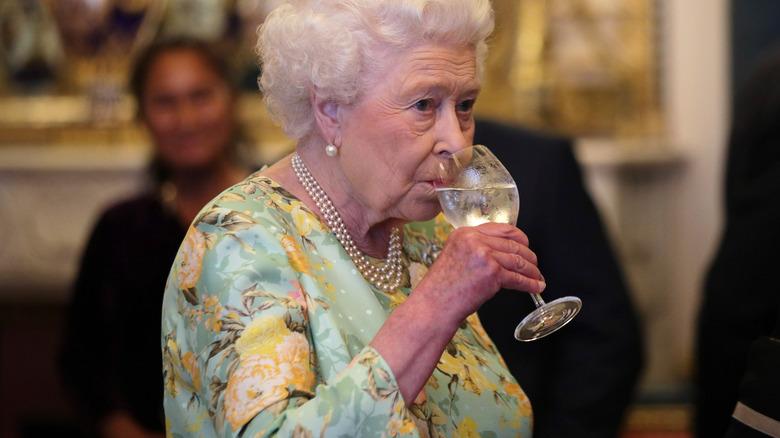 La regina Elisabetta, bevendo