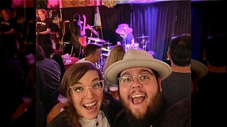 Emily Schalick e Charley Koontz in un selfie