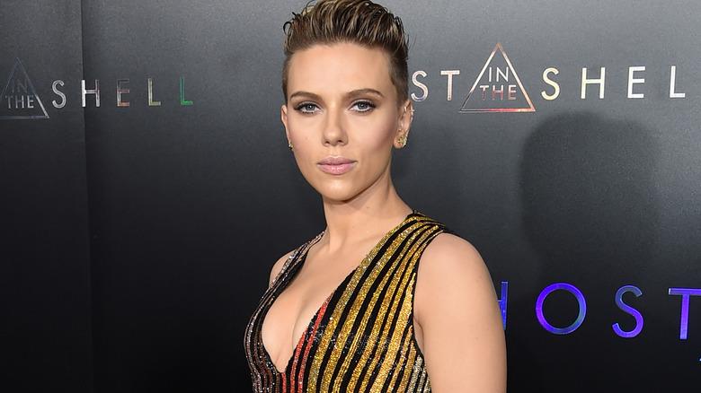 Scarlett Johansson con un'espressione seria sul tappeto rosso
