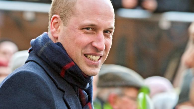 Il principe William sorride e indossa una sciarpa