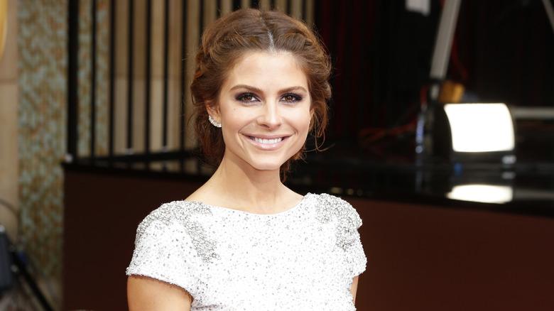 Maria Menounos sorride sul red carpet