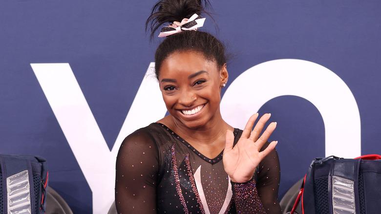 Simone Biles sorride a una gara