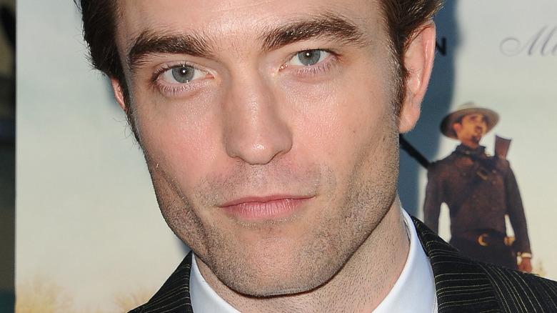 Robert Pattinson in posa