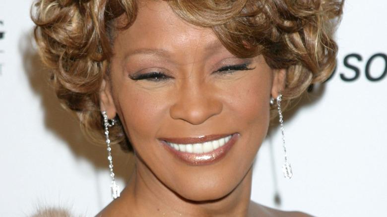 Whitney Houston sorride