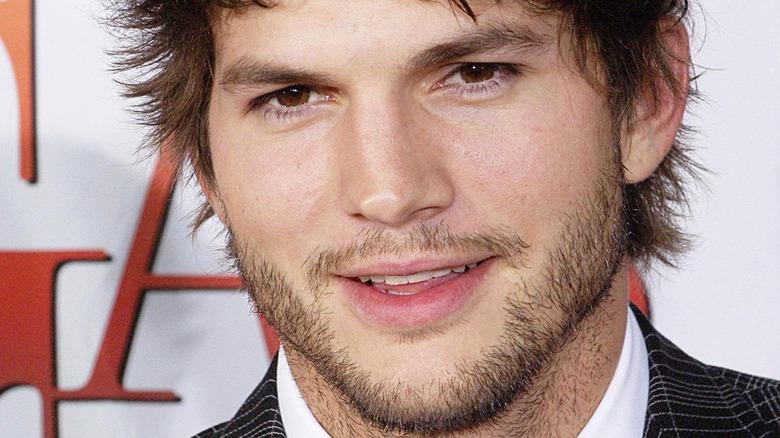 Ashton Kutcher sorride sul red carpet