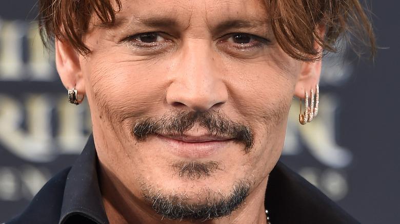 Johnny Depp sorride
