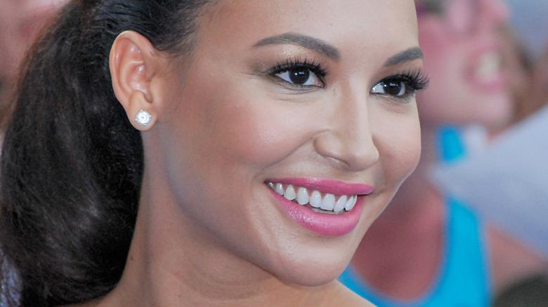 Naya Rivera sorride e guarda di lato