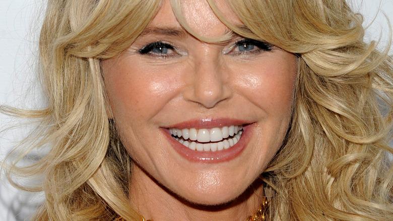 Christie Brinkley sorride con i capelli mossi e la frangia